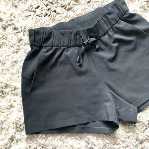 Lululemon•On The Fly Shorts black size 4